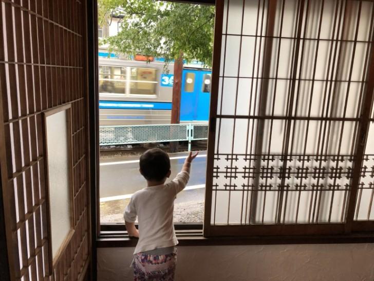 電車の音がするたびに窓に駆け寄る息子の晴太